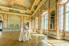 Historiskt cosplay kvinna i similituden av Catherine The Great, kejsarinna av Ryssland Arkivbild