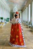 Historiskt cosplay kvinna i similituden av Catherine The Great, kejsarinna av Ryssland royaltyfri fotografi