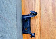 Historiskt dörrhandtag Bearbetat svart dörrhandtag Royaltyfria Bilder