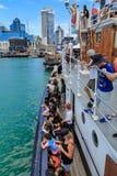 Historiskt fartyg som trängas ihop med folk som går tillbaka till port av Auckland, Nya Zeeland arkivbilder
