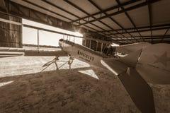 Historiskt flygplan väntar i det hangaren för ` s för den nästa flygshowen royaltyfri fotografi