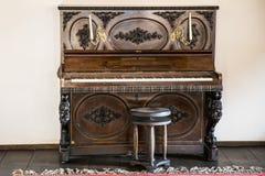 Historiskt forntida piano royaltyfria bilder