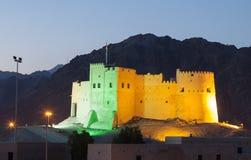 Historiskt fort av Fujairah på natten royaltyfri fotografi