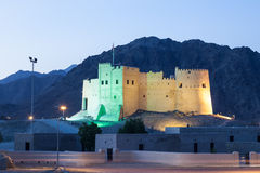 Historiskt fort av Fujairah på natten royaltyfria bilder