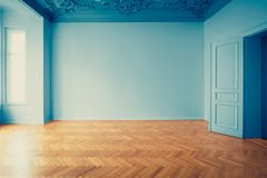 Historiskt gammalt byggande återställande för tomt rum - inre renoveringbegrepp, rum för tappningblicklägenhet med parkettgolvet  royaltyfri bild