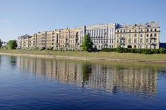 Historiskt gammalt stadVilnius hus och Neris flod Arkivfoto