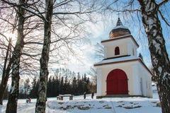 Historiskt gult och vitt kapell med träkupolen royaltyfria foton
