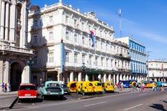 Historiskt hotell Inglaterra och trafik nära Central Park, havannacigarr, Kuba arkivfoton