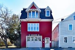 Historiskt hus för röd brand med motortecknet royaltyfria bilder