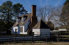Historiskt hus i koloniinvånaren Williamsburg, VA royaltyfria foton
