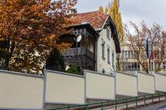 Historiskt hus i mitten av Sarajevo st?mma ?verens omr?desomr?den som Bosnien gemet f?rgade greyed herzegovina inkluderar viktigt royaltyfri bild