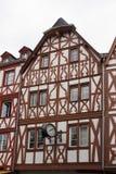 Historiskt hus med den nostalgiska klockan, trier arkivbild