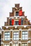 Historiskt hus med gavlar för ett moment i Amsterdam royaltyfria bilder