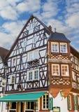 Historiskt hus med konstruktion för timmerram arkivbild