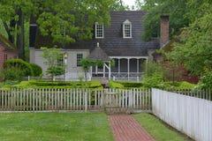 Historiskt hus och trädgård Williamsburg USA Arkivfoton