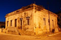 Historiskt hus på det brasilianska fiskeläget royaltyfria foton