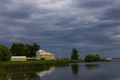 Historiskt hus på kusterna av golfen av Finland arkivbild