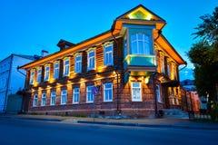 Historiskt hus på natten Arkivfoton