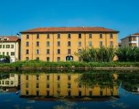 Historiskt hus som reflekterar på Naviglioen Pavese, en kanal som förbinder staden av Milan med Pavia, Italien Royaltyfri Bild