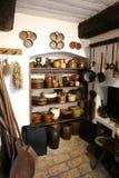 Historiskt husskafferi med överflöd av stengodsdisk Arkivbild