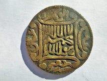 Historiskt islamiskt tecken [mynt] med skugga på vit arkivfoton
