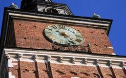 Historiskt klockatorn med en härlig klocka arkivfoton