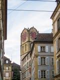 Historiskt klockatorn på byggnad i stad Arkivfoto
