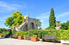 Historiskt komplex av den Bellapais abbotskloster i den lilla cypriotiska staden Bellapais som utifrån tas med gröna träd royaltyfri fotografi