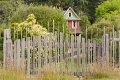 Historiskt lantbrukarhem bak ridit ut wood staket Royaltyfria Bilder