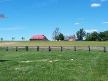 Historiskt lantbrukarhem och ladugård arkivbilder