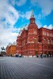 Historiskt museum f?r tillst?nd p? den r?da fyrkanten och den Manege fyrkanten i Moskva royaltyfria foton