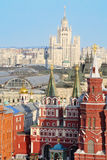 Historiskt museum, GUMMI och Kotelnicheskaya invallningbyggnad fotografering för bildbyråer