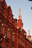 Historiskt museum i Moskva på aftonen arkivfoton