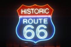 Historiskt neontecken för Route 66 Royaltyfri Foto