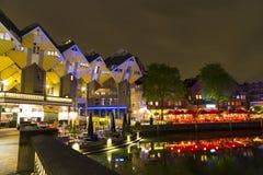Historiskt Oude tillflyktsortområde med restauranger och sikten av kubhusen av Rotterdam Royaltyfri Bild