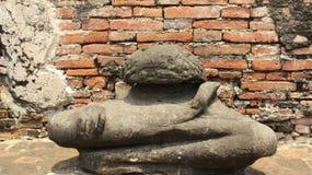 Historiskt parkera med gamla väggar för för stenBuddhastatyn och tegelsten arkivfoton