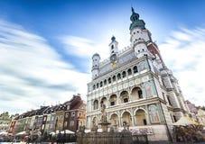 Historiskt Poznan stadshus som lokaliseras i mitt av en huvudsaklig fyrkant royaltyfria foton