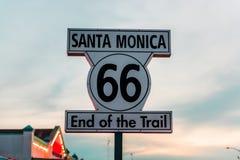 Historiskt Route 66 tecken på Santa Monica California fotografering för bildbyråer