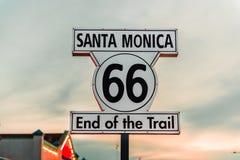 Historiskt Route 66 tecken på Santa Monica California royaltyfri bild
