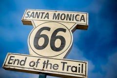 Historiskt Route 66 tecken på Santa Monica Pier Royaltyfria Bilder