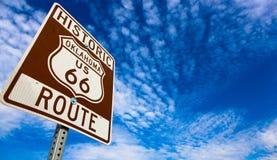 Historiskt Route 66 vägmärke på en blå himmel arkivfoton