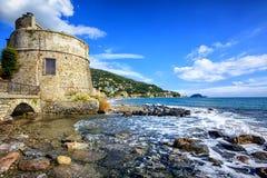 Historiskt saracenskt torn i Alassio, semesterortstad på Riviera, Ita Arkivfoton