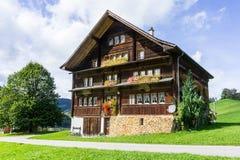 Historiskt schweizarehus Royaltyfri Fotografi