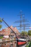 Historiskt skepp i en kanal i Papenburg Royaltyfri Bild