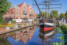 Historiskt skepp i en kanal i Papenburg Arkivfoto
