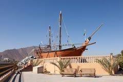 Historiskt skepp i Khor Fakkan, Fujairah royaltyfri bild
