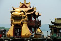 Historiskt skepp längs den västra sjösidohangzhou staden royaltyfri bild