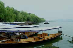 Historiskt skepp längs den västra sjösidohangzhou staden arkivbilder