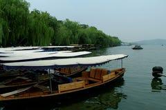 Historiskt skepp längs den västra sjösidohangzhou staden royaltyfri fotografi