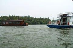 Historiskt skepp längs den västra sjösidohangzhou staden arkivfoto